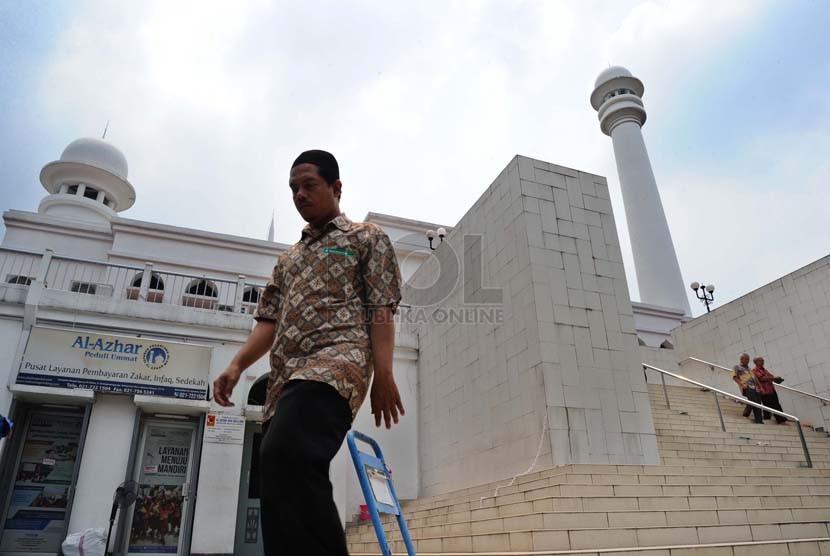 Warga menuruni anak tangga usai mengikuti shalat Jumat di Masjid Agung Al-Azhar, Jakarta, Jumat (3/10).(Republika/ Tahta Aidilla)