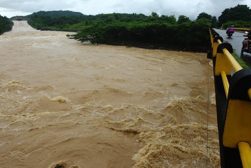Warga menyaksikan aliran air dari Bendungan Bili-bili di Gowa, Sulawesi Selatan, Rabu (23/1/2019).
