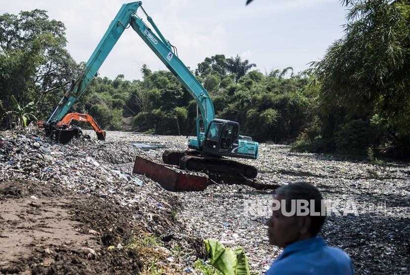 warga menyaksikan pengerukan sampah dengan eskavator di aliran sungai Citarum lama atau oxbow Cicukang di Kecamatan Margaasih, Kabupaten Bandung, Jawa Barat, Rabu (5/12/2018).