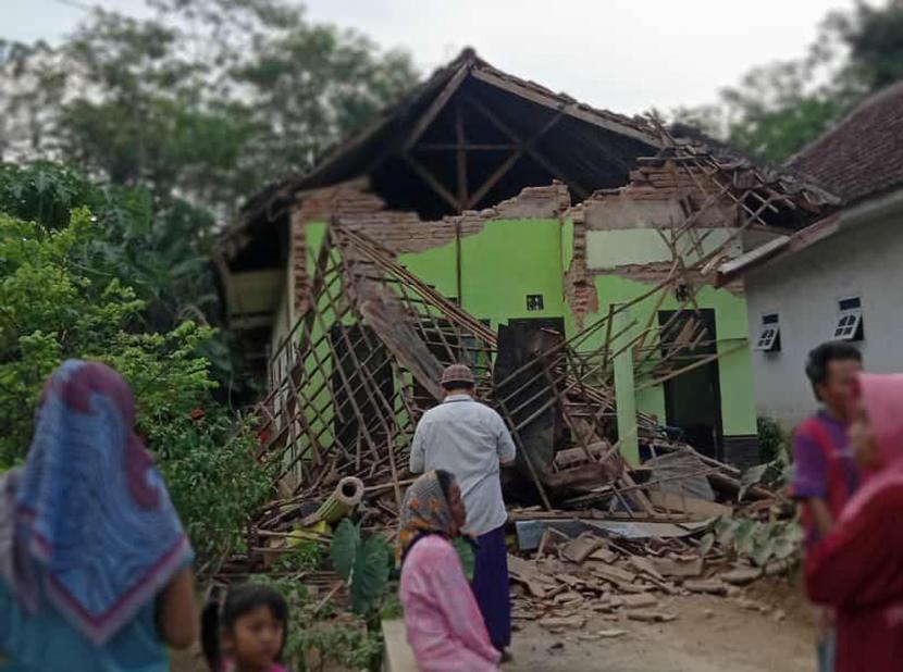 Warga menyaksikan rumah yang rusak akibat gempa di Kecamatan Turen, Kabupaten Malang, Jawa Timur, Sabtu (10/4/2021). Gempa berkekuatan kurang lebih magnitudo (m) 6,7 yang terjadi di wilayah Kabupaten Malang tersebut menyebabkan sejumlah rumah warga rusak dan goncangan di sejumlah wilayah di Jawa Timur