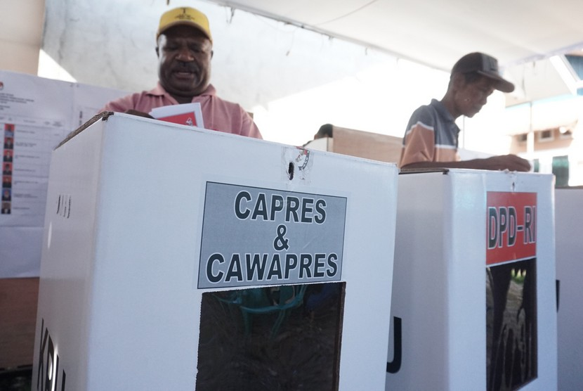 Warga menyalurkan hak politiknya pada Pemilu 2019 di TPS 06, Kelurahan Timika Jaya, Kabupaten Mimika, Papua, Rabu (17/4/2019).