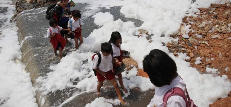 Warga menyebrang di sungai yang tercemar limbah industri dan rumah tangga (ilustrasi).