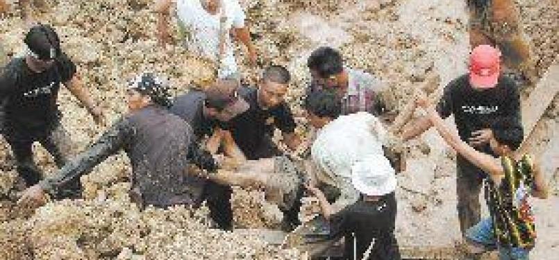 Warga menyelamatkan seorang korban tanah longsor. (ilustrasi)