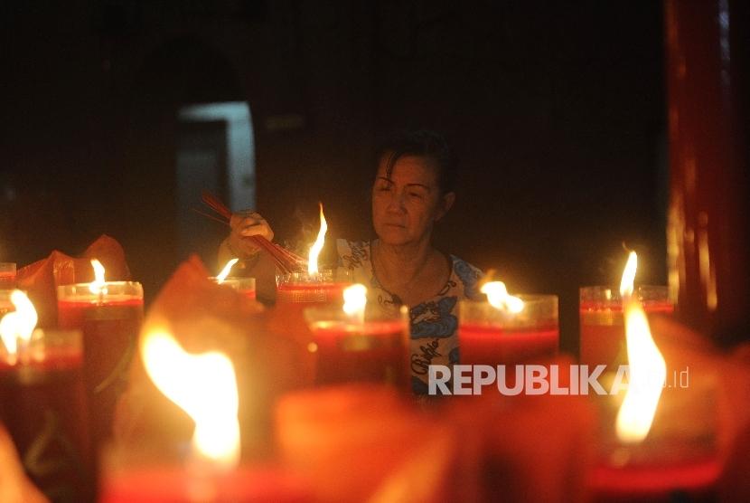Warga merayakan Tahun Baru Imlek di Vihara Dharma Bakti, Petak Sembilan, Jakarta, Sabtu (28/1) dinihari.