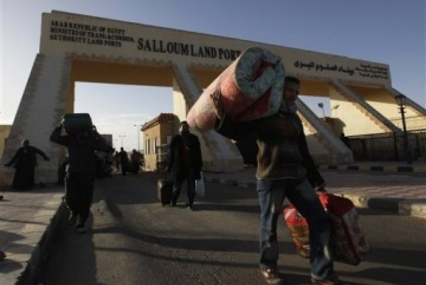 Warga Mesir meninggalkan Libya di perlintasan Salloum di perbatasan Libya-Mesir (ilustrasi). epala intelijen Mesir, Abbas Kamel tiba di ibu kota Libya Tripoli pada Kamis (17/6/2021) dalam kunjungan mendadak.