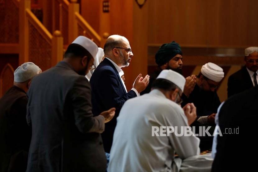 Warga muslim memanjatkan doa bagi korban teror di Manchester, Inggris (23/5)