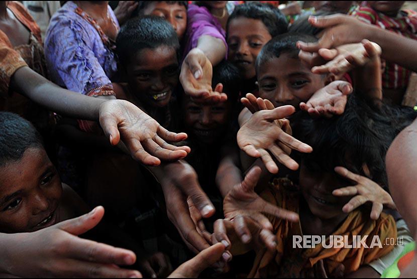 Warga muslim rohingya menunggu penyaluran bantuan berupa paket makanan di Kamp Pengungsi Rohingya di Propinsi Sittwe, Myanmar.