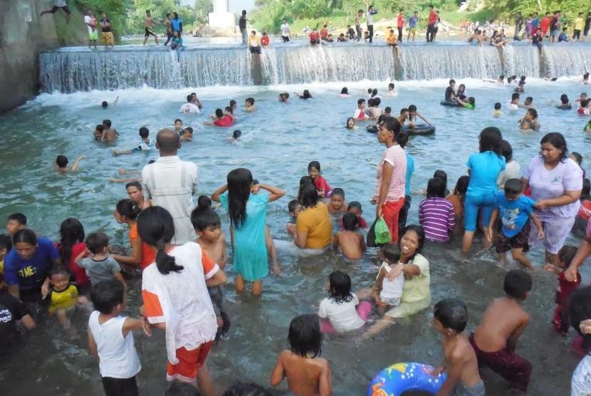 Warga Padang melakukan mandi balimau di sungai Batang Kuranji.  (Republika/Umi Nur Fadhilah)