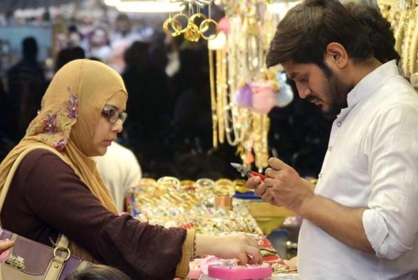 Warga Pakistan berbelanja kebutuhan Idul Fitri