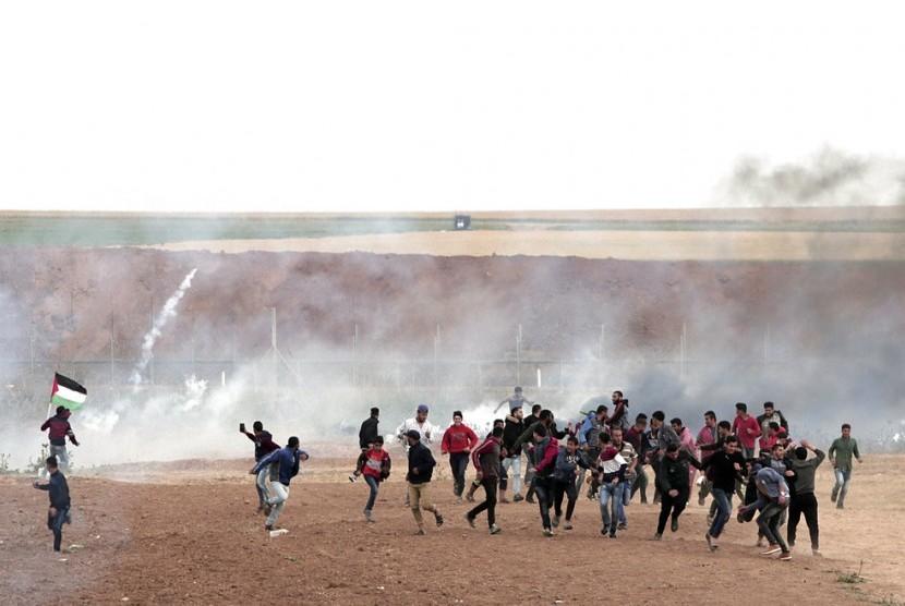 Warga Palestina berlarian saat tentara Israel menembak di Jalur Gaza