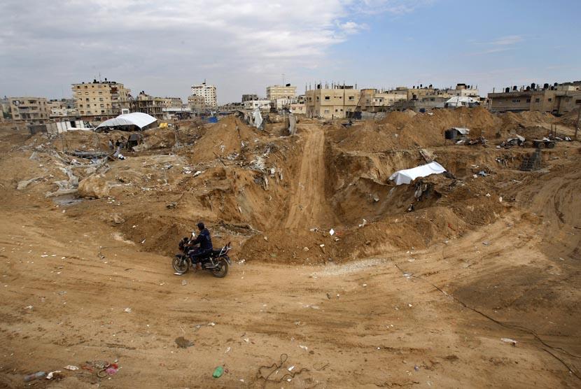 Warga Palestina membangun kembali terowongan yang hancur di sepanjang perbatasan Gaza Mesir di Rafah, bagian selatan Jalur Gaza, Selasa (27/11).   (AP/Adel Hana)