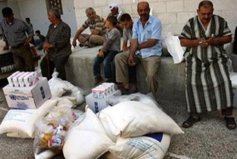Warga Palestina mengantri pembagian bahan pangan yang didistribusikan oleh badan bantuan PBB, UNRWA bagi pengungsi di Gaza dan Tepi Barat.