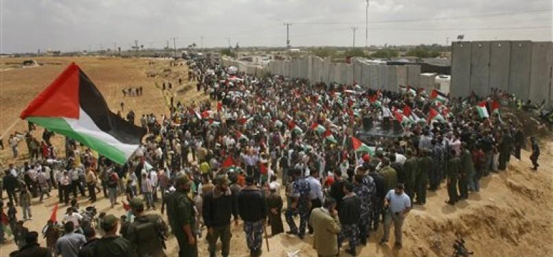 Warga Palestina menggelar aksi demonstrasi di perbatasan Palestina-Mesir di Rafah.