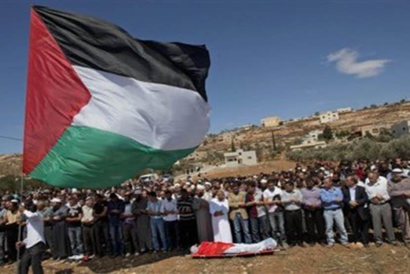 Warga Palestina menggelar shalat jenazah sebelum pemakaman Issam Badran yang ditembak mati tentara Israel, di Desa Kusra, Tepi Barat.
