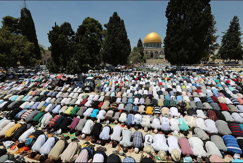 Warga Palestina menunaikan di Masjidil Al Aqsa  (ilustrasi)