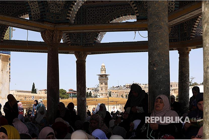 Warga Palestina shalat Jumat di kompleks Masjid Al Aqhsa Yerusalem, Jumat (18/5). Penjajah Israel membuka akses wilayah ini bagi jamaah Shalat Jumat wanita, anak-anak, dan laki-laki berumur di atas 40 tahun.