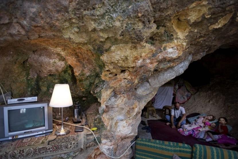 Warga Palestina yang rumahnya dihancurkan buldoser Israel tinggal di gua.