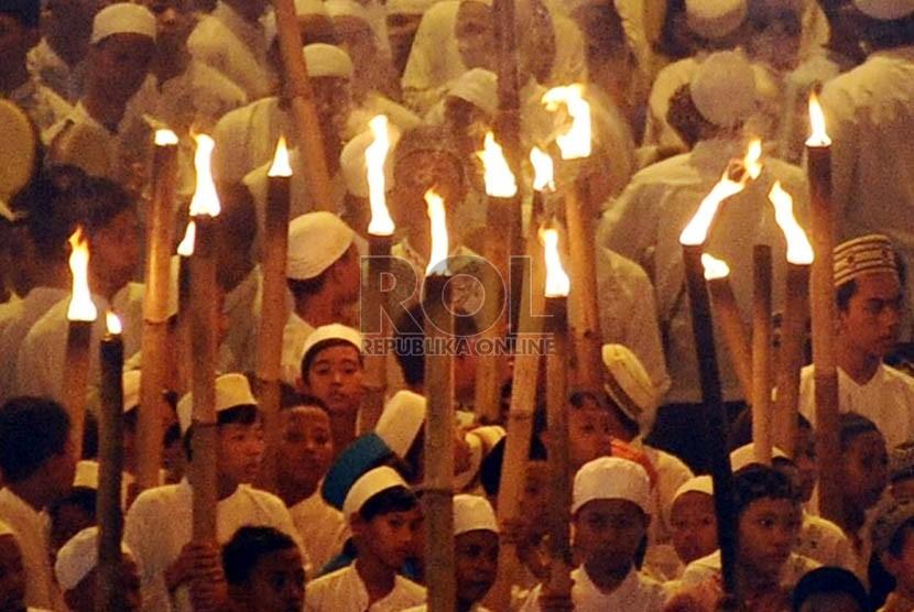 Warga Pekayon Bekasi berkeliling kota saat pawai menyambut Tahun Baru Hijriah 1 Muharram 1435 di Bekasi, Jawa Barat, Senin (4/11) malam.  ( Republika/ Tahta Aidilla)