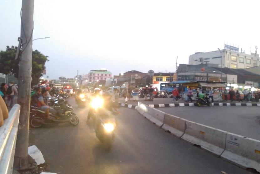 Warga pengguna kendaraan bermotor sengaja melanggar lalu lintas dengan lawan arah di Pintu Kereta Stasiun Pasar Minggu, Selasa (20/6)