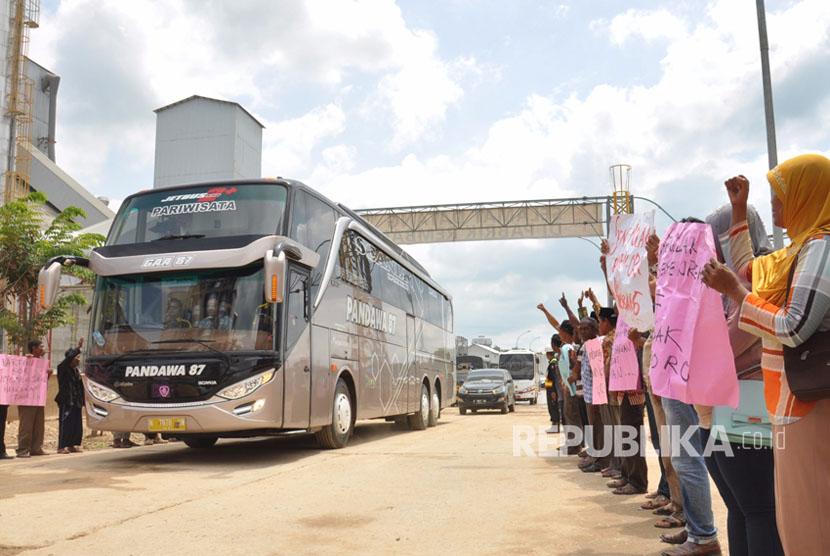 Warga ring I pabrik semen PT Semen Indonesia (persero) Tbk menyambut kedatangan rombongan Komisi IV DPR RI dengan berbagai spanduk dukungan terhadap operasional pabrik semen ini, Kamis (14/4).