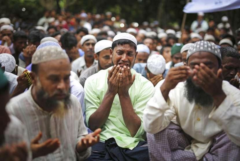 Warga Rohingya berdoa dalam peringatan satu tahun kekerasan tentara Myanmar.