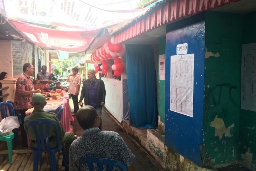 Warga RT 05/07 Kelurahan Tuguraja, Kecamatan Cihideung, Kota Tasikmalaya, menggunakan MCK sebagai TPS, Rabu (17/4).