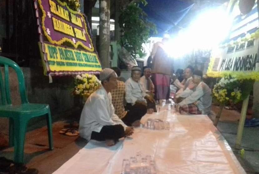 Warga RT 13 RW 15 dan anggota Jakmania menggelar pengajian di gang depan rumah Haringga, Cengkareng, Jakarta Barat. Senin (24/9).