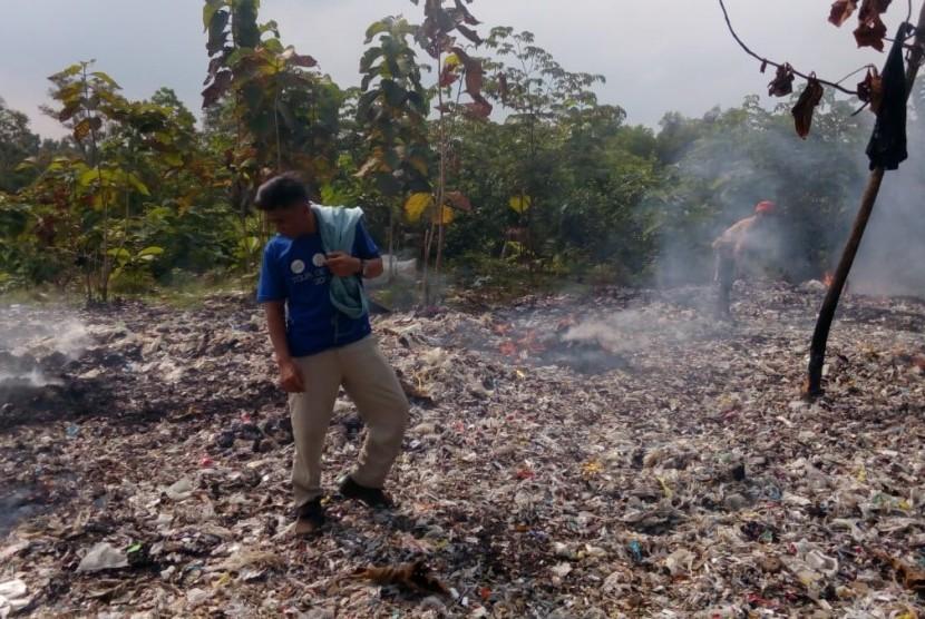 Warga sedang membakar ceceran sampah impor milik PT Pindo Deli 3, yang tak kunjung dibersihkan, di Desa Tamansari, Kecamatan Pangkalan, Karawang.