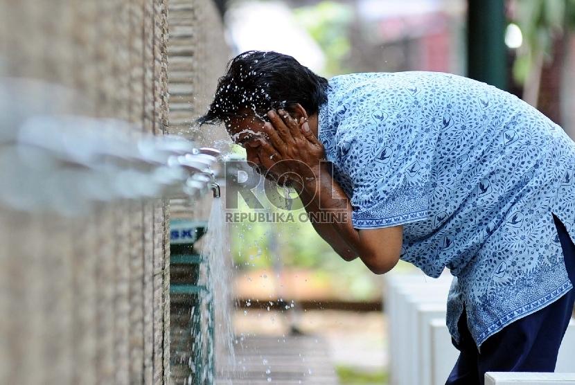 Warga sedang mengambil air wudhu saat akan menjalankan shalat di masjid Sunda Kelapa, Jakarta, Selasa (5/4). Republika/ Tahta Aidilla)