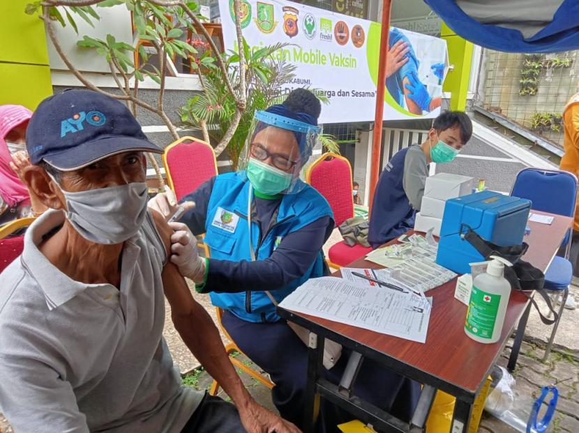 Warga sedang menjalani vaksinasi Covid-19 di Hotel Fresh Kota Sukabumi, Senin (21/6).