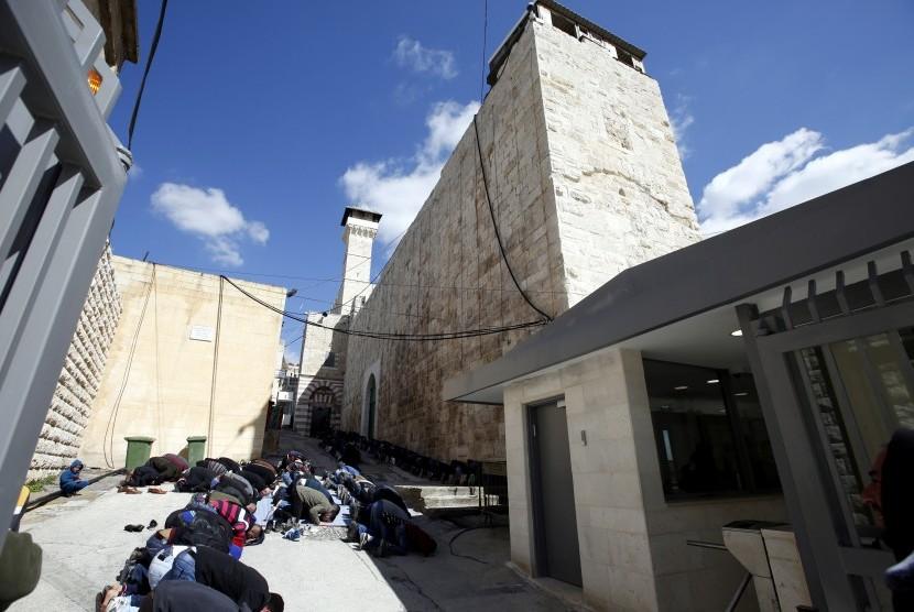 Warga shalat Jumat di salah satu masjid di West Bank Hebron.