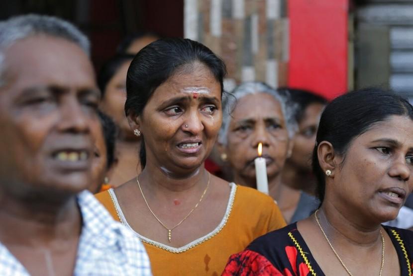 Warga Sri Lanka berdoa saat tiga menit mengheningkan cipta untuk korban serangan bom di luar Gereja St. Anthony di Kolombo, Sri Lanka, Selasa (23/4).