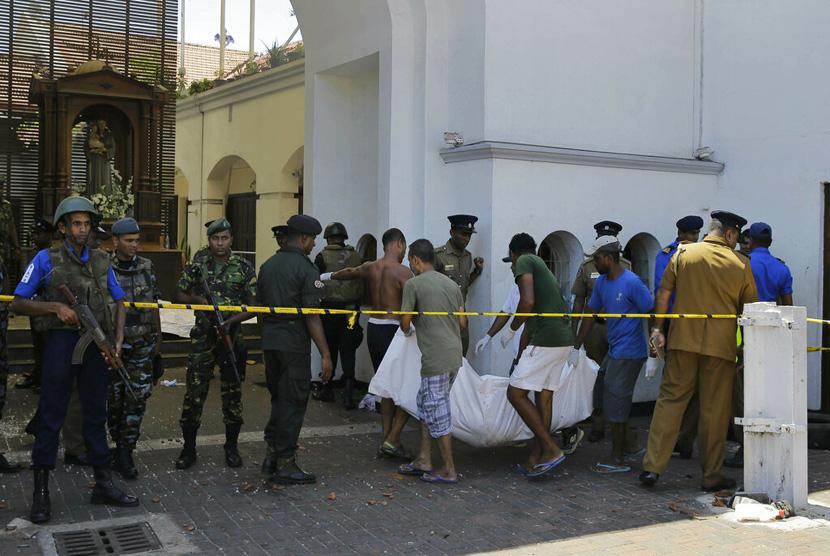 Warga Sri Lanka membawa mayat korban ledakan di Gereja St. Anthony di Kolombo, Sri Lanka, Ahad (21/4/2019).