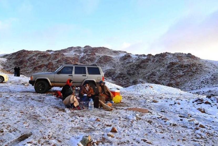 Warga Tabuk Arab Saudi bertamasya menikmati salju