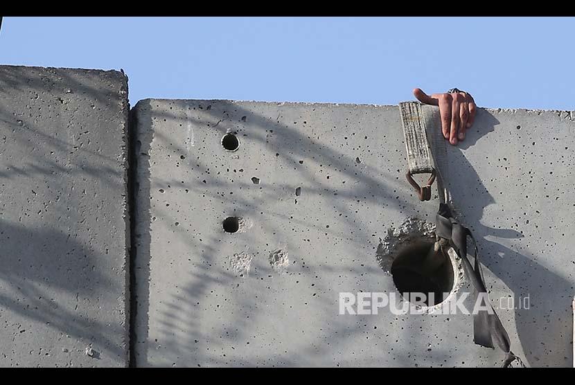 Warga Tepi Barat Palestina menaiki tangga untuk menlintasi tembok pemisah yang dipasang Israel untuk shalat jumat di Kompleks Al Aqsa, Jumat (8/6). Mereka dilarang memasuki Yerusalem berdasar batas umur minimal yang boleh memasuki Al Aqsa.