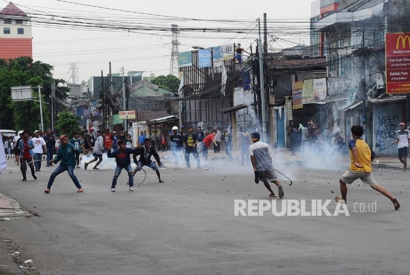 Warga terlibat aksi tawuran di persimpangan Jambul, Cawang, Jakarta Timur, Senin (24/4) (foto ilustrasi)