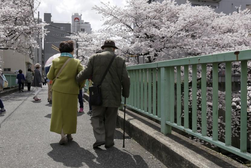 Warga usia lanjut berjalan menikmati bunga sakura yang mekar. Menghabiskan waktu dengan orang tua sanggup memberi warna bagi kehidupan mereka dan bermanfaat bagi kesehatannya.