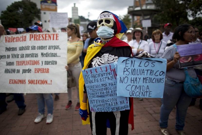Warga Venezuela memprotes pemerintah Venezuela atas krisis kesehatan di Caracas, Kamis (8/2). Obat-obatan, alat kesehatan dan layanan kesehatan menjadi barang langka di Venezuela.