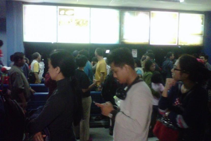 Warga yang berdatangan memadati area Planetarium, Taman Ismail Marzuki, Jakarta ingin menyaksikan live streaming Gerhana Matahari Total Rabu (9/3).