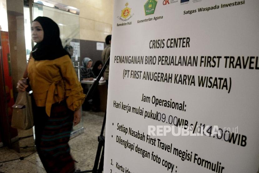 Warga yang menjadi korban First Travel usai mencari informasi di posko pengaduan korban First Travel di Bareskrim Polri, Jakarta, Jumat (25/8).