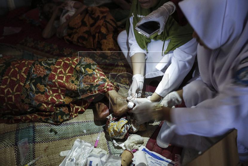 Warga yang menjadi korban gempa bumi diberikan perawatan medis di koridor  rumah sakit setelah gempa melanda Kabupaten Pidie Jaya, Aceh, Rabu (7/12).
