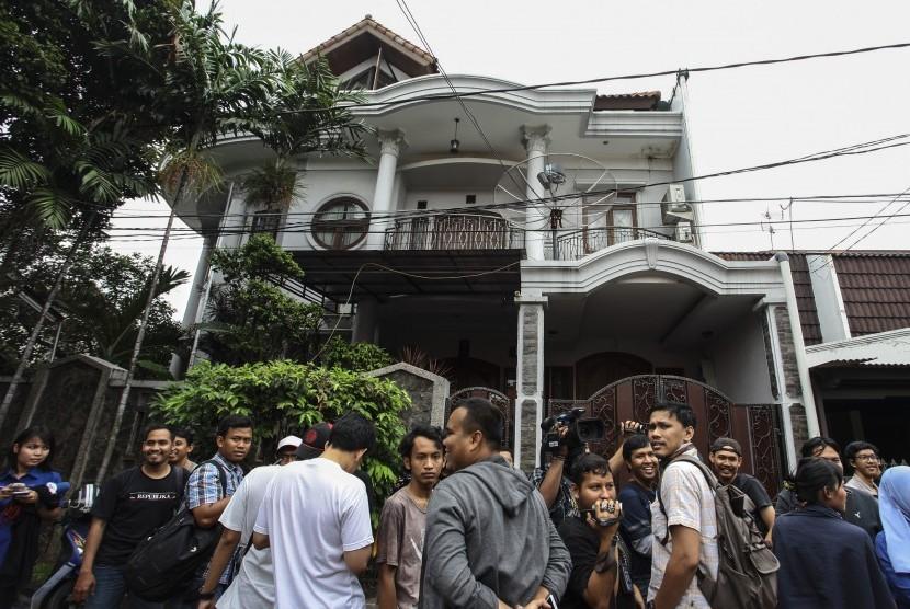 Wartawan berada di depan salah satu rumah milik hakim Mahkamah Konstitusi Patrialis Akbar di Jakarta, Kamis (26/1).