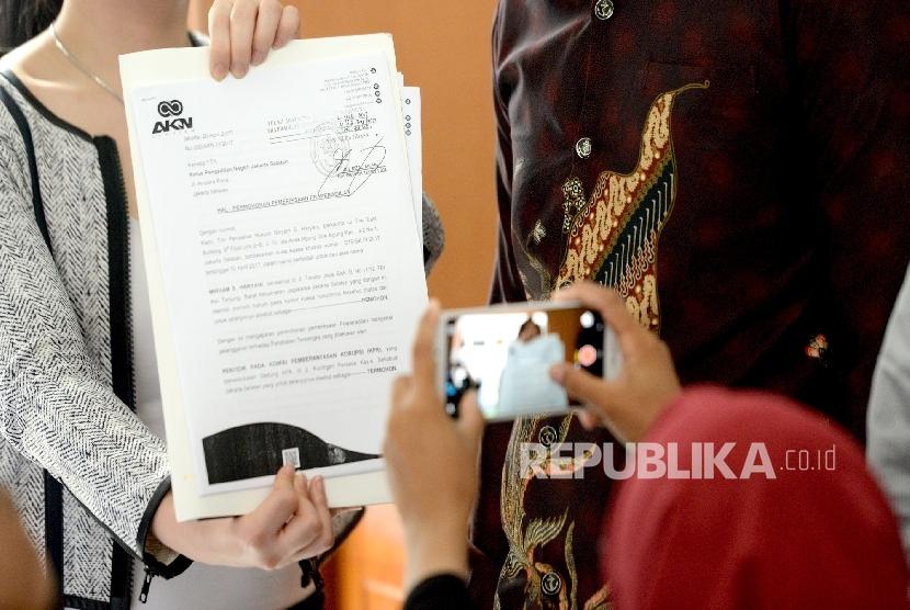 Wartawan mengambil foto surat permohonan pemeriksaan praperadilan sebelum persidangan di Pengadilan Negeri Jakarta Selatan, Senin (8/5).