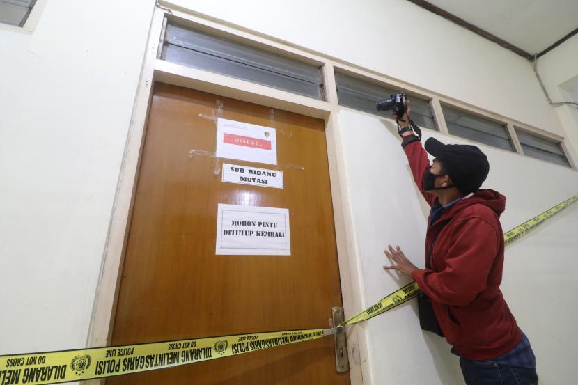 Wartawan mengambil gambar ruangan yang disegel Direktorat Tindak Pidana Korupsi Bareskrim Polri di gedung Badan Kepegawaian Daerah (BKD) Nganjuk, Jawa Timur, Senin (10/5/2021). Komisi Pemberantasan Korupsi (KPK) bersama Bareskrim Polri melakukan penggeledahan gedung BKD saat Operasi Tangkap Tangan (OTT) terhadap Bupati Nganjuk Novi Rahman Hidayat yang diduga terkait jual-beli jabatan.