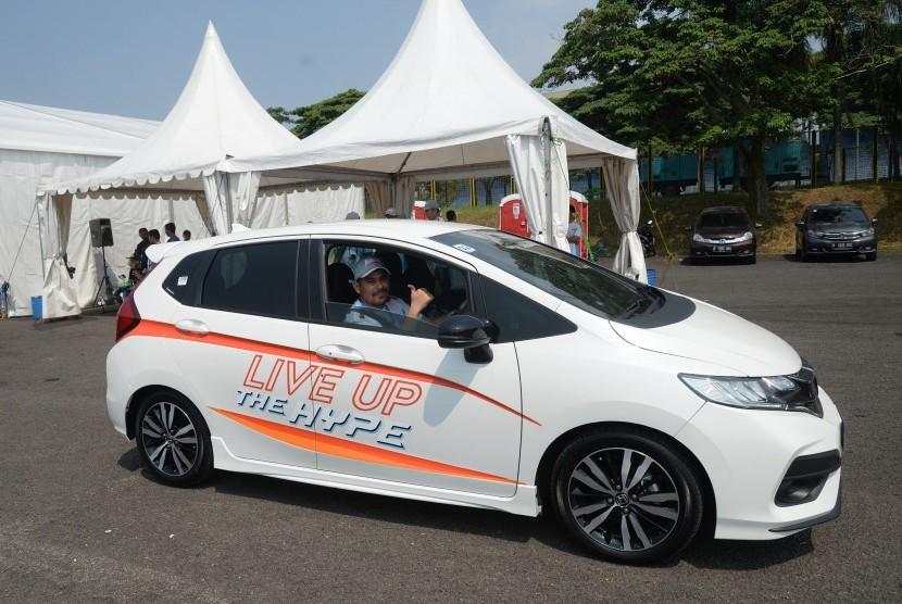 Wartawan Republika, Abdullah Sammy saat mengikuti Honda Safety Driving Clinic di Sirkuit Internasional Sentul, Ahad (15/7).