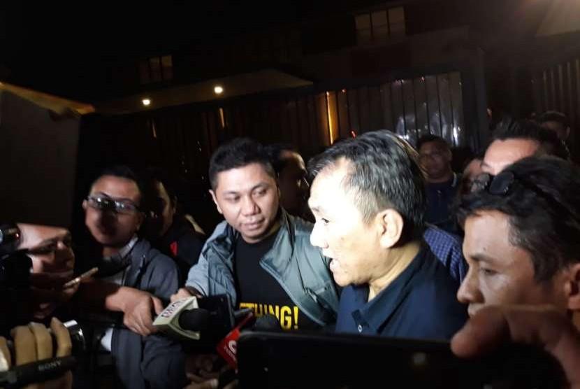Wasekjen Demokrat Andi Arief memberikan keterangan perihal tudingannya terhadap Prabowo Subianto sebagai Jendral Kardus, di kediaman Ketum Demokrat SBY di Mega Kuningan, Kamis (9/8) dini hari.