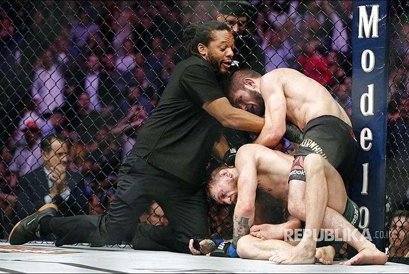 Wasit  Herb Dean mendorong Khabib Nurmagomedov setelah  McGregor melakukan 'tap out' sebagai tanda menyerah pada laga UFC 229 di Las Vegas, Sabtu (8/10) waktu setempat.