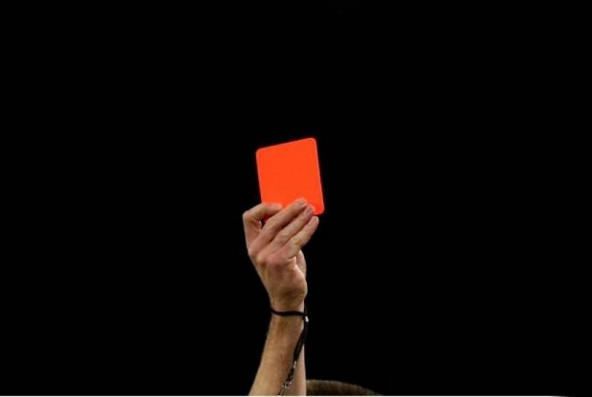 Wasit mengacungkan kartu merah
