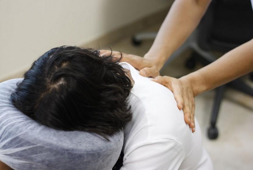 Pijat. Tenaga kesehatan puskesmas di Bali dibekali dengan teknik pengobatan tradisional, seperti akupresur dan pijat spa. (Ilustrasi)