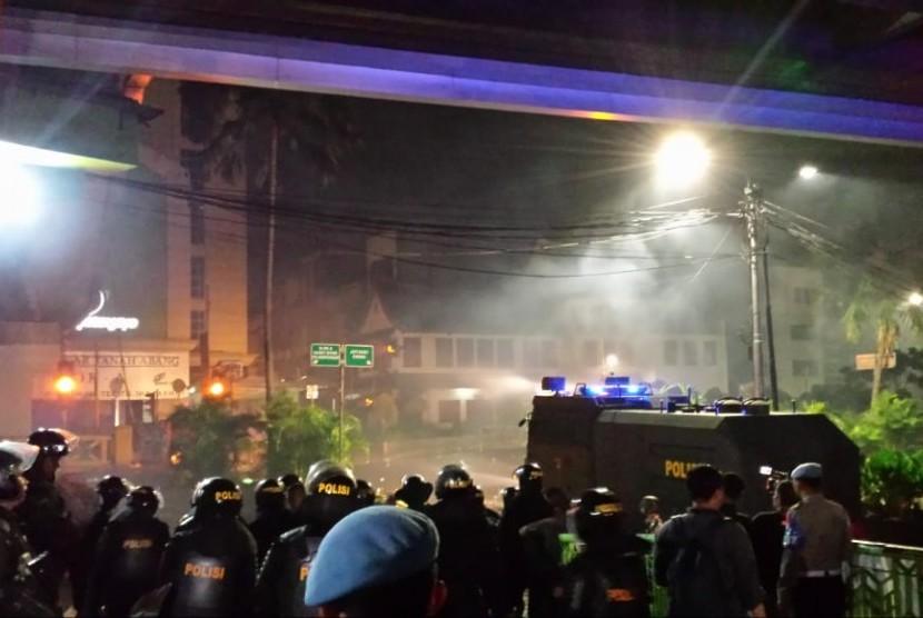Water Cannon berusaha memadamkan api di dekat Pasar Tanah Abang. Api diduga berasal dari bom molotov, Rabu (22/5).